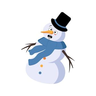 Leuke kerstsneeuwman met emoties in paniek grijpt zijn hoofd, verrast gezicht, geschokte ogen, armen en benen. vrolijke nieuwjaars feestelijke decoratie met bange uitdrukking