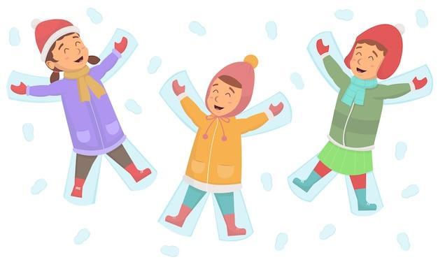 Leuke kleine meisjes die plezier maakten, maakten samen een sneeuwhoek