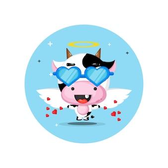 Leuke koe-engel die glazenliefde draagt