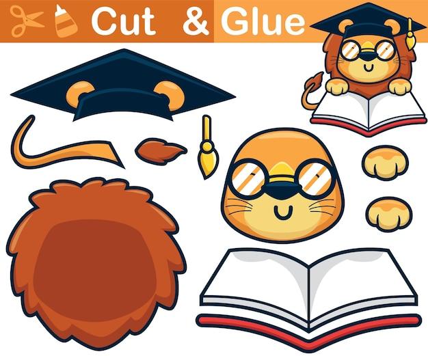 Leuke leeuwcartoon die afstudeerhoed draagt tijdens het lezen van een boek. onderwijs papier spel voor kinderen. uitknippen en lijmen