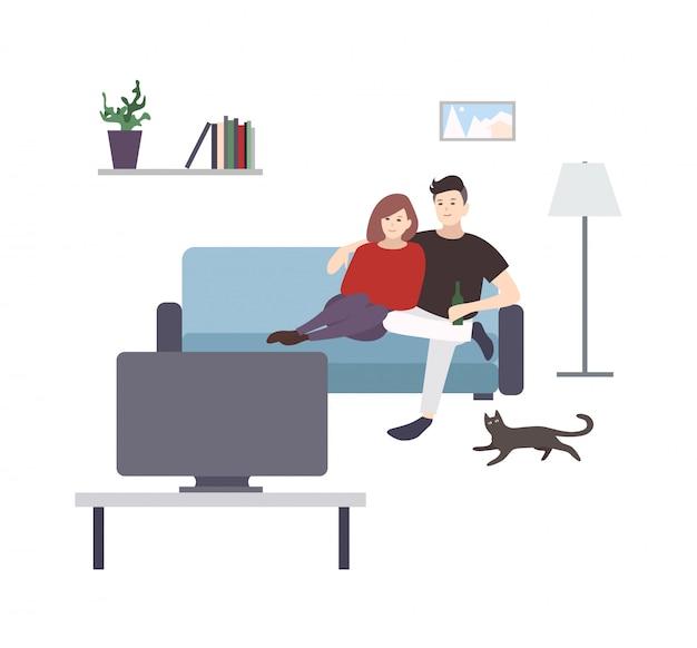 Leuke mannelijke en vrouwelijke stripfiguren zittend op een gezellige bank en tv of televisie kijken. jong koppel plezier thuis. paar man en vrouw tijd samen doorbrengen. illustratie.