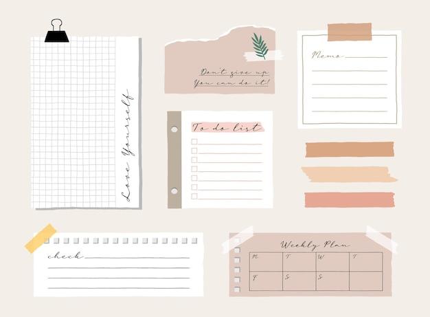 Leuke memosjabloon een verzameling gestreepte notities, blanco notitieboekjes en gescheurde notities die in een agenda of op kantoor worden gebruikt