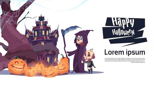 Leuke monsters die naar kasteel met spoken lopen gelukkig halloween-de vieringsconcept van de bannerpartij