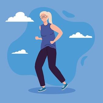 Leuke oude vrouw lopen, op blauwe achtergrond afbeelding