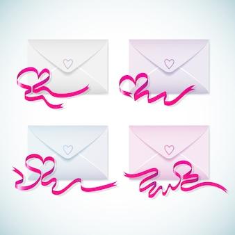 Leuke pastelkleurenveloppen die met heldere paarse linten en geïsoleerde harten worden geplaatst