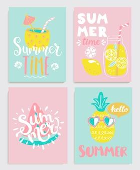 Leuke set heldere zomerkaarten met drankjes, limonade, ananas, watermeloen en handgetekende letters en andere leuke elementen. perfect voor zomerposters, banners, cadeaus, afdrukken. vector illustratie.