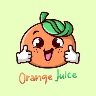 Leuke sinaasappel cartoon mascotte is glimlachend en brengt een kop sinaasappelsap