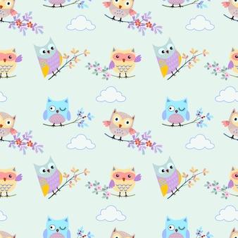 Leuke uil met tak op blauwe hemel en wolken naadloos patroon