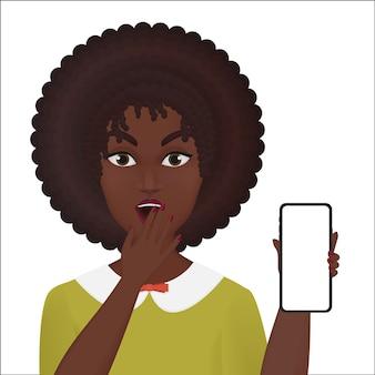 Leuke verraste jonge vrouw die nieuwe geïsoleerde smartphone houdt