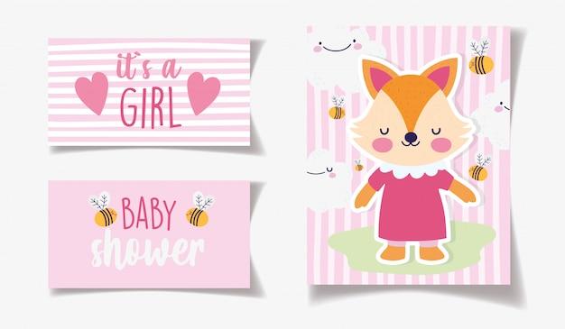 Leuke vrouwelijke vos met de decoratie van kledingsbijen het is een kaart van de meisjesbaby shower