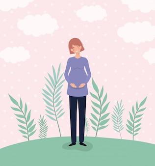 Leuke vrouwenzwangerschap in het landschap