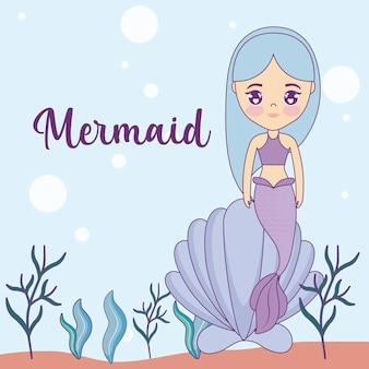 Leuke zeemeermin met zeeschelp in de zee