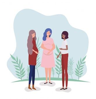 Leuke zwangerschapsvrouw tussen verschillende rassen in het landschap