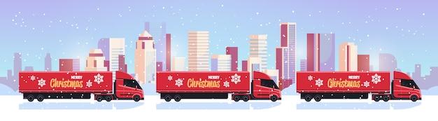 Levering semi vrachtwagens rijden stad straat verzending vervoer voor vrolijk kerstfeest gelukkig nieuwjaar winter vakantie viering concept besneeuwde stadsgezicht achtergrond plat
