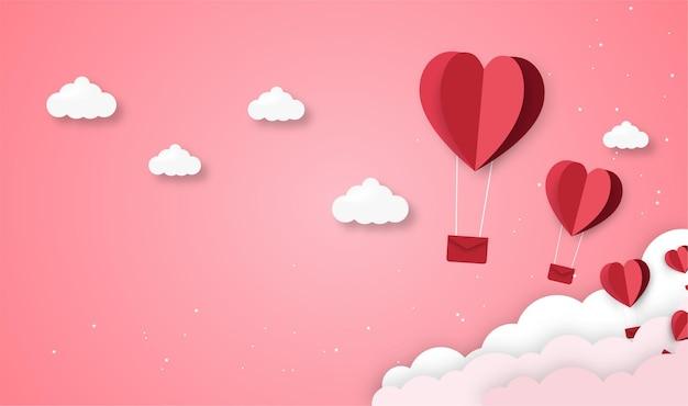 Liefde en valentijnsdag origami gemaakt hete luchtballon vliegen over de envelop met harten zwevend in de lucht, artwork op papier.