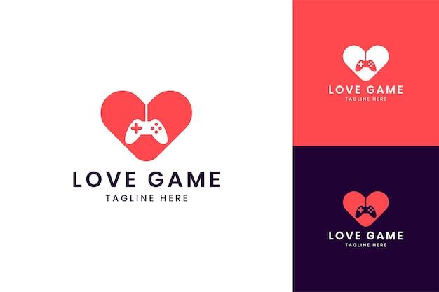 Liefdesspel negatief ruimtelogo-ontwerp