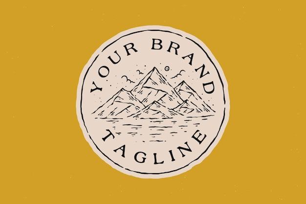 Lijntekeningen vintage badge berg natuur buiten