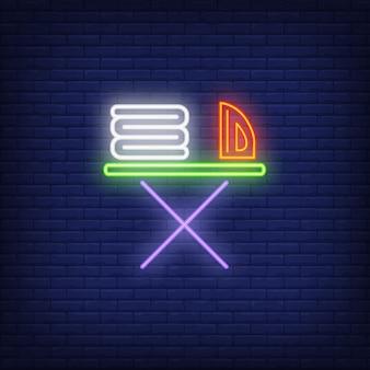 Linnen en strijkijzer op strijkplank neon teken