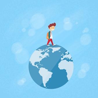 Little boy walk op globe wereldkaart concept reizen