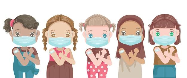 Llittle girls vaccinaties in gezichtsmasker gebaren duim omhoog open schouders voor vaccin