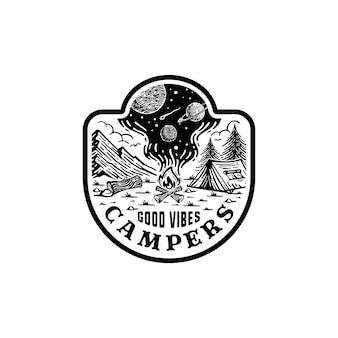 Logo badge van bergkamperen. met uitzicht op de melkweg in de rook van het vuur