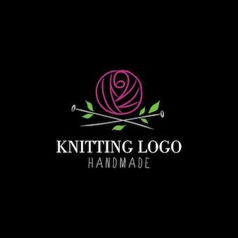 Logo breien handgetekend logo bevat roosvormige wol en breinaalden met bladeren