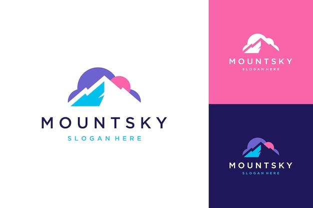 Logo ontwerp negatieve ruimte bergen of bergen met wolken