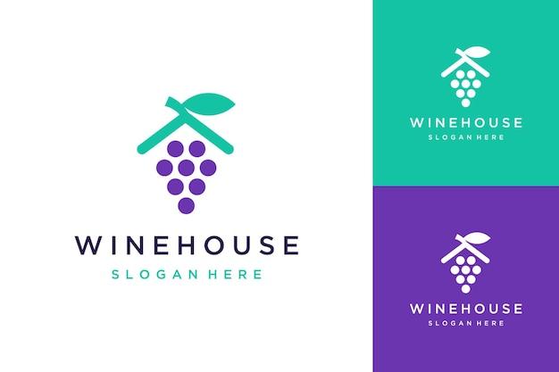 Logo-ontwerp van huiswijn of wijnmakerij of wijn met huisdak en bladeren
