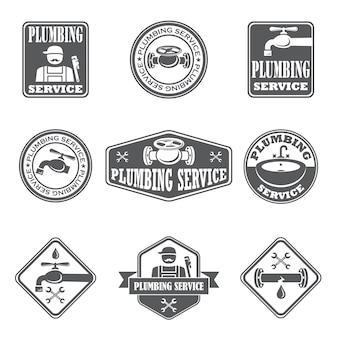 Loodgieterswerk badges met waterpijp loodgieter en gereedschap geïsoleerde vectorillustratie