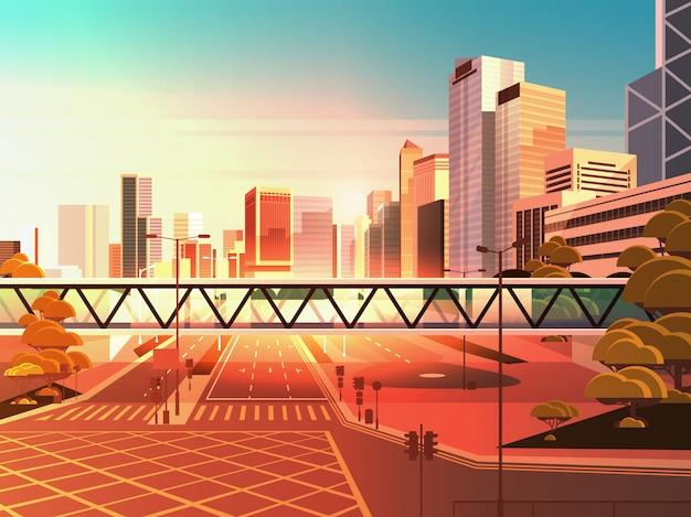 Loopbrug over snelweg asfaltweg met pijlen pijlen verkeersborden markeren