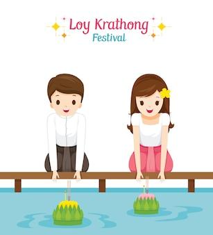 Loy krathong festival, jongen en meisje in traditionele thaise kleding, klederdrachtzitting, viering en cultuur van thailand