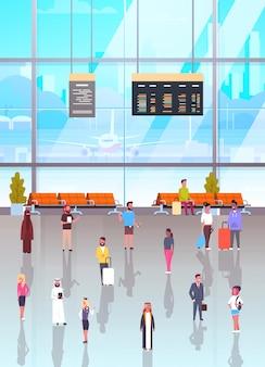 Luchthaveninterieur met passagiers menigte lopend aan het wachten zaal