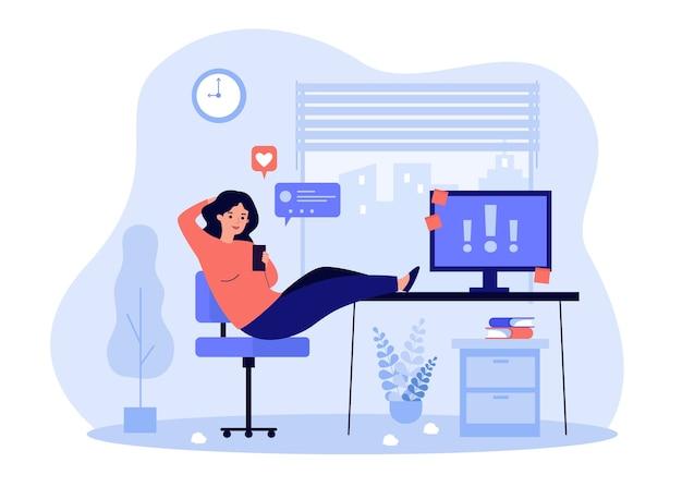 Luie kantoorpersoon die op de werkplek uitstelt, online op mobiel chatten, belangrijke opmerkingen op de computer negeert