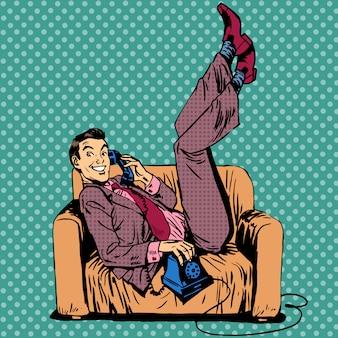 Luie man sofa praten telefoon