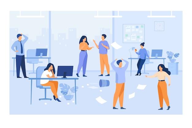 Luie werknemers die rommel en chaos veroorzaken op de werkplekken op kantoor. ongeorganiseerde managers chatten, computers gebruiken aan het bureau tussen vliegende papieren. voor chaotisch werk, teamwerkprobleemconcept