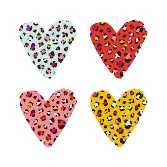 Luipaard print getextureerde hand getekende penseelstreek hart vorm set. abstracte verfvlek met de textuur van het de huidpatroon van de wilde dierencheetah. heldere moderne vector designelementen voor print ontwerpen.