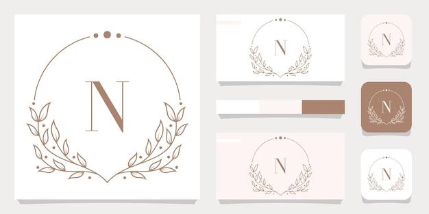 Luxe letter n logo ontwerp met bloemen frame sjabloon, visitekaartje ontwerp