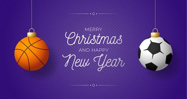 Luxe merry christmas horizontale banner. sport basketbal en voetbal ballen hangen aan een draadje op paarse moderne achtergrond.