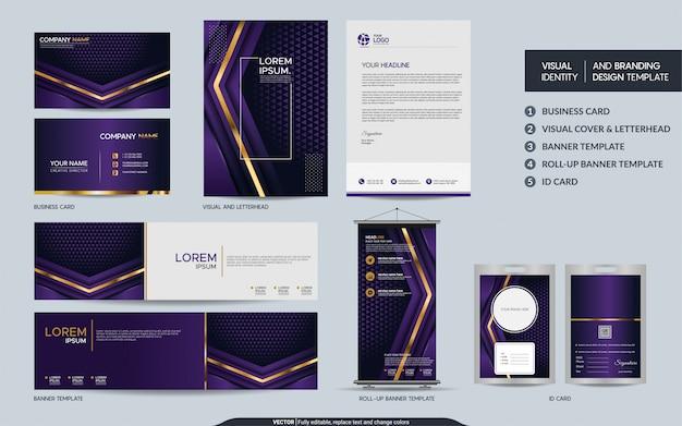 Luxe paarse briefpapier mock up set en visuele merkidentiteit met abstracte overlappende lagen achtergrond.