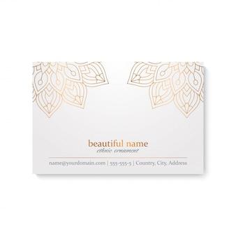 Luxe visitekaartje sjabloon met etnische stijl, witte en gouden kleur