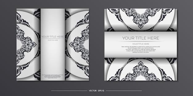 Luxe voorbereiding van witte ansichtkaarten met vintage zwart ornament. sjabloon voor het afdrukken van uitnodigingsontwerp met mandala-patronen.