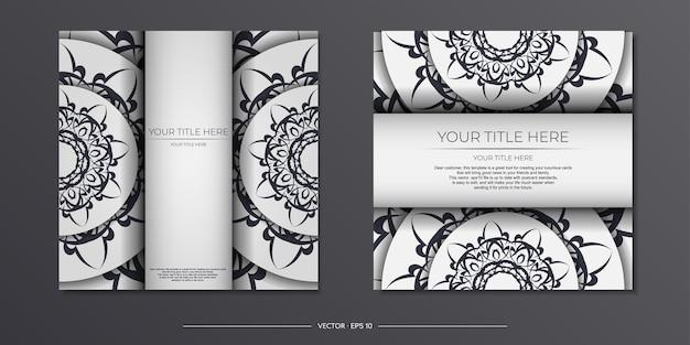 Luxe voorbereiding van witte ansichtkaarten met vintage zwarte patronen. sjabloon voor het afdrukken van uitnodigingsontwerp met mandala-ornament.