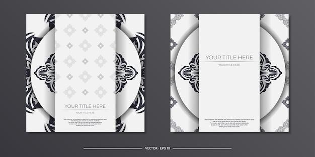 Luxe witte ansichtkaartsjabloon met vintage zwart ornament. printklaar uitnodigingsontwerp met mandalapatronen.