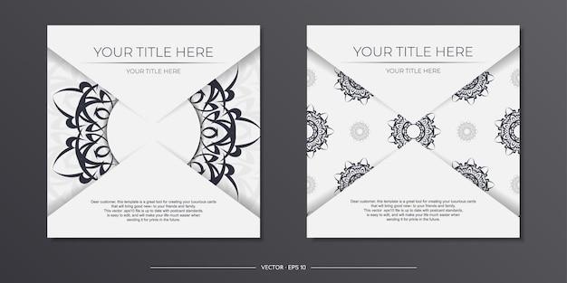 Luxe witte ansichtkaartsjabloon met vintage zwarte patronen. printklaar ontwerp van de uitnodiging met mandala ornament.