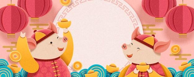 Maanjaarontwerp met mooi varkentje met goudstaven op roze achtergrond, hangende lantaarns en vallende muntendecoratie