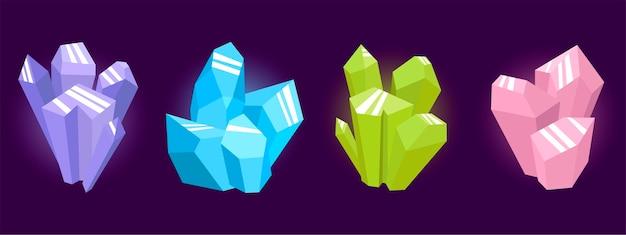 Magische kristallen van verschillende kleuren opgestapeld.