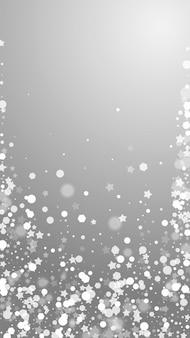 Magische sterren schaarse kerstachtergrond. subtiele vliegende sneeuwvlokken en sterren op grijze achtergrond. verleidelijke winter zilveren sneeuwvlok overlay sjabloon. prachtige verticale illustratie.