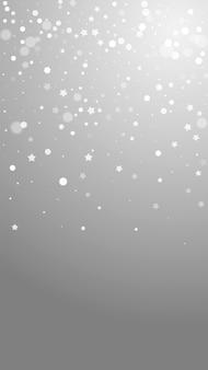 Magische sterren willekeurige kerstachtergrond. subtiele vliegende sneeuwvlokken en sterren op grijze achtergrond. leuke winter zilveren sneeuwvlok overlay sjabloon. wonderlijke verticale illustratie.