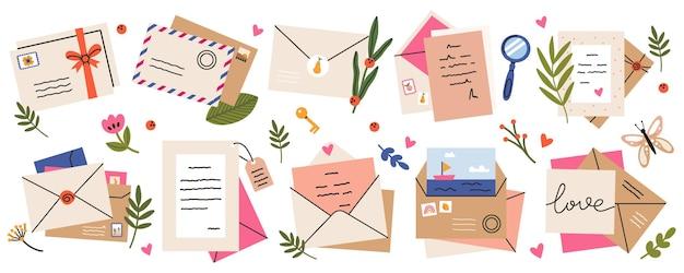 Mail enveloppen. postkaarten, enveloppen, postzegels, brieven van ambachtelijk papier en post-enveloppen