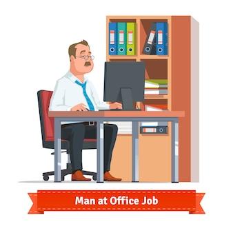 Man aan het werk op een computer aan de balie tafel